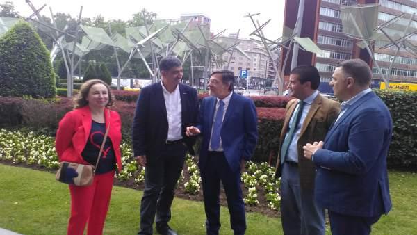 El presidente del TSJPV, Juan Luis Ibarra, con el secretario general de ErNE