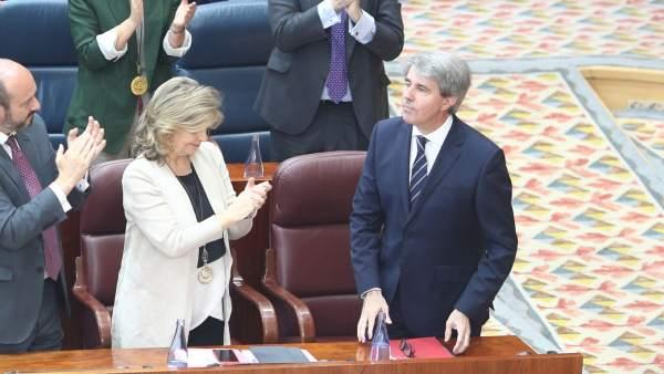 Los diputados del PP aplauden a Ángel Garrido tras su discurso de investidura