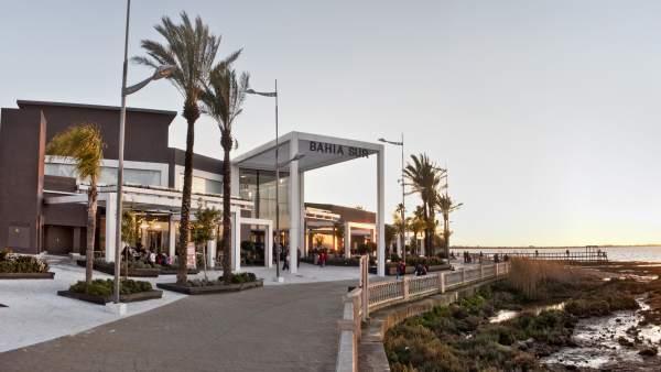 Vistas panorámicas de una de las fachadas del centro comercial Bahía Sur