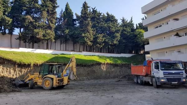 Obras trabajos operarios camión grúa avenida