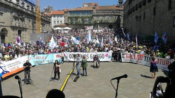 Miles de personas en Praza Quintana en la manifestación del Día das Letras