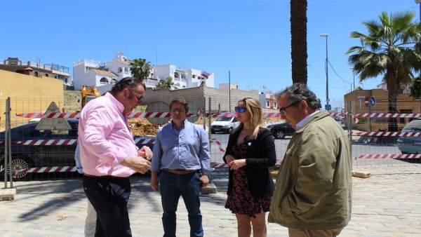 La alcaldesa, Ana Isabel Jiménez, comprueba las obras de demolición.