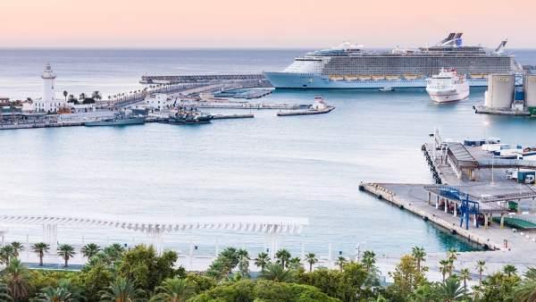Vista general de la Farola de Málaga en el puerto con cruceros buques