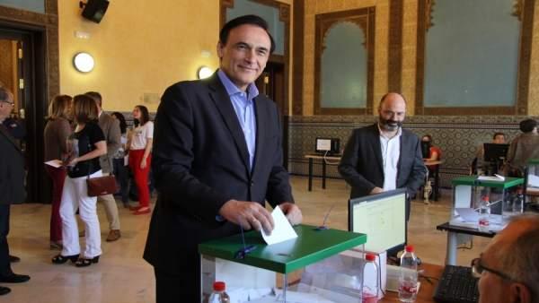 El candidato a rector, José Carlos Gómez Villamandos, al votar