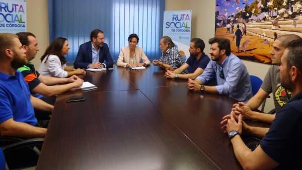 Adolfo Molina y cargos del PP con trabajadores de la factoría de ABB