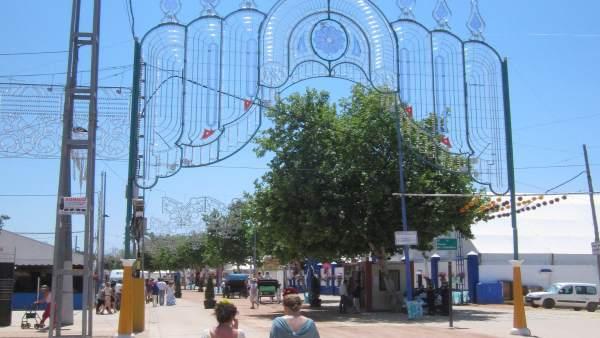 Dos mujeres pasean por Feria de Córdoba en una anterior edición