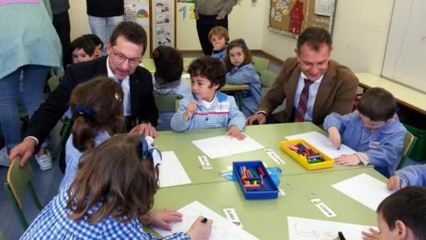 Genaro Alonso  visita el colegio La Vallina