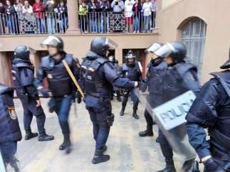 Policía Nacional y Guardia Civil requisando urnas del referéndum del 1-O.