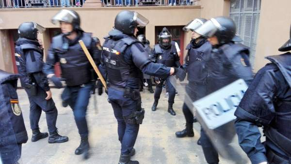 Policía Nacional y Guardia Civil requisando urnas del referéndum del 1-O.
