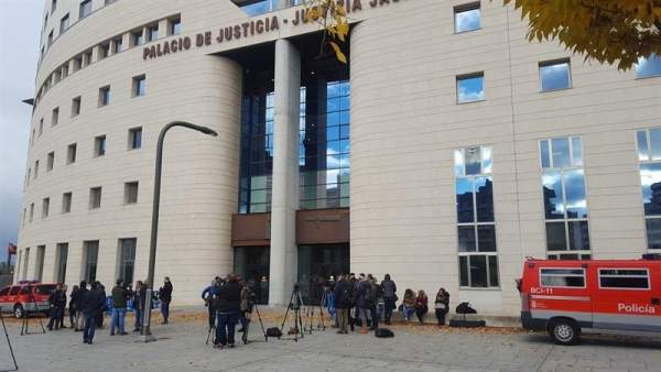 Palacio de Justicia durante el juicio por violación grupal en Sanfermines.
