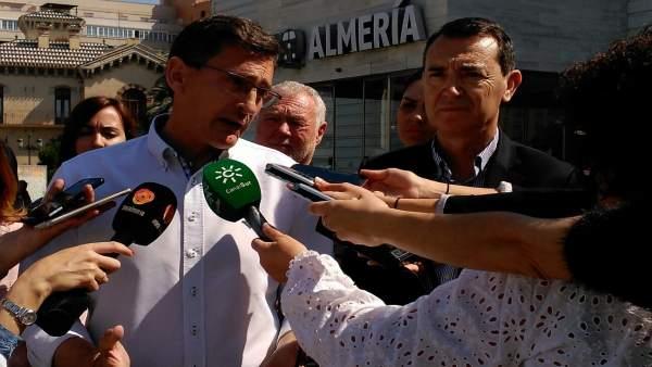 Sánchez Teruel atiende a los medios en la estación Intermodal de Almería