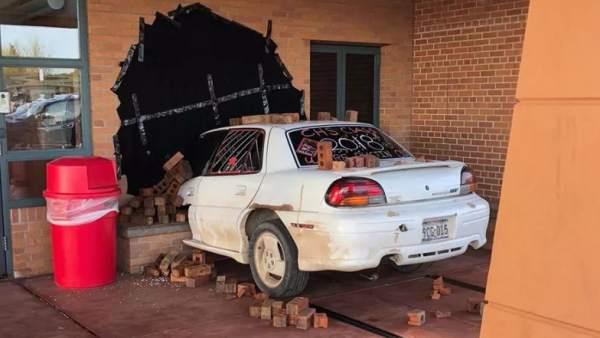 ¿Un coche estampado contra la pared... o no?