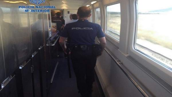 Agentes de Policía Nacional, en un tren.