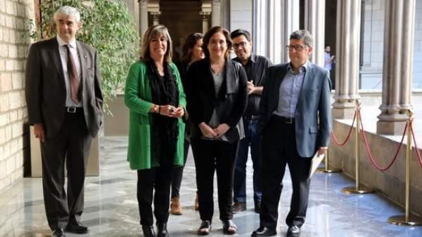 Foto de grupo de Núria Marín, Ada Colau y Lluís Tejedor.