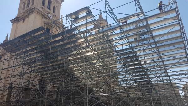 Instalación de las gradas delante de la Catedral