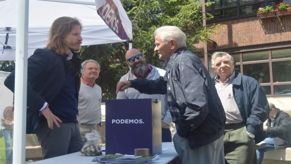 Fernández recogiendo las propuestas de Guardo.