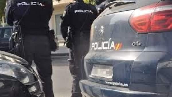 Agentes y vehículos de la Policía Nacional