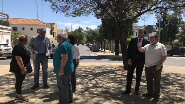 El edil de Cs en Sevilla Francisco Moraga, durante su visita a Ciudad Jardín