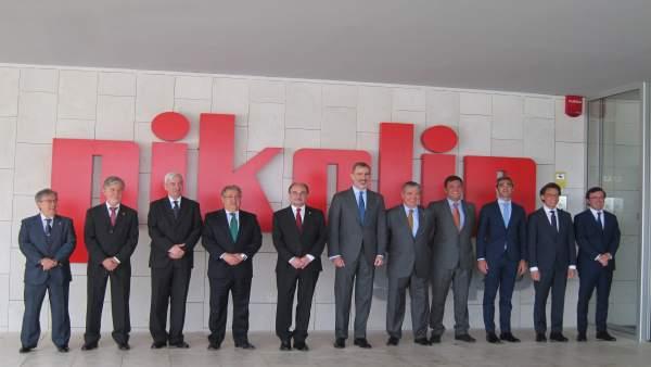 Don Felipe, junto a otras autoridades en la entrada de la factoría de Pikolin
