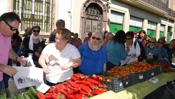 Ceres reparte hortalizas en protesta por los productos transgénicos