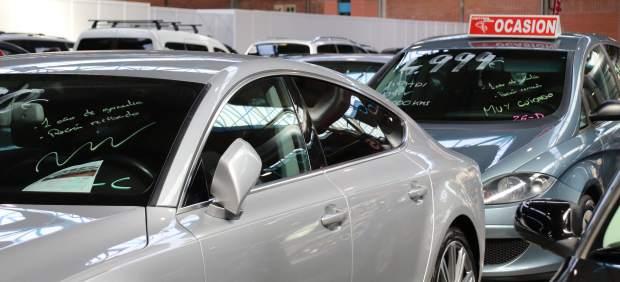 Los concesionarios temen que los planes para prohibir los coches diésel y de gasolina frenen aún ...