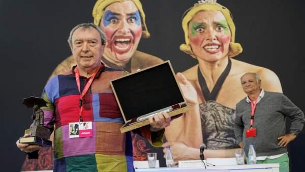Valladolid (19-05-2018).- Carlos Gil recoge el galardón de Salvador Távora