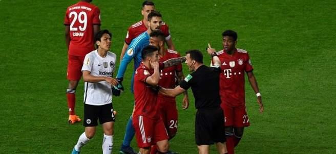 El Bayern protesta una decisión arbitral en la final de la Copa de Alemania.