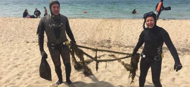 Pescadores submarinos retiran basura de la Playa de Palma.