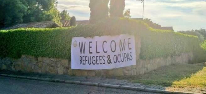 Pancarta con el lema 'Welcome Refugees & Ocupas'