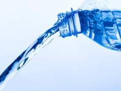La importancia de leer las etiquetas del agua mineral de botella