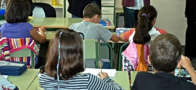 Niños en el colegio, becas, material escolar