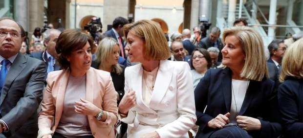 Sáenz de Santamaria y Cospedal conversan en el acto de la toma de posesión de Ángel Garrido como presidente de la Comunidad de Madrid.