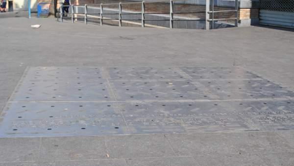 Monumento en recuerdo a las víctimas ante la puerta del Mercado Central