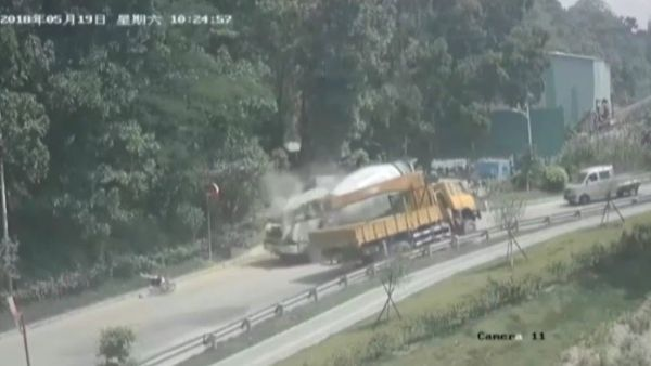 Brutal accidente de un camión grúa en China