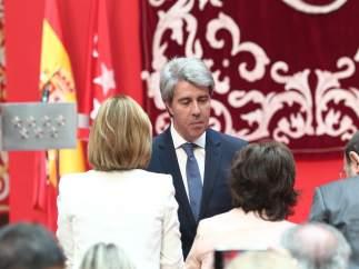 Santamaría y Cospedal durante la toma de posesión de Ángel Garrido