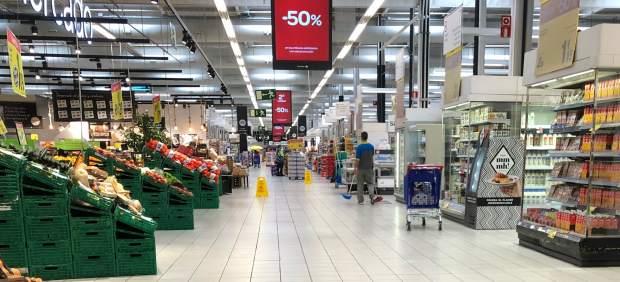 Llenar la cesta de la compra varía una media de 947 euros según el supermercado