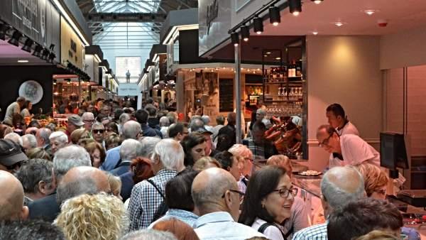 Gran afluencia de público en la primera jornada de apertura del reformado mercado de Sant Antoni de Barcelona.