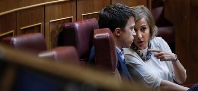 Tania Sánchez habla con Íñigo Errejón en el Pleno del Congreso de los Diputados.