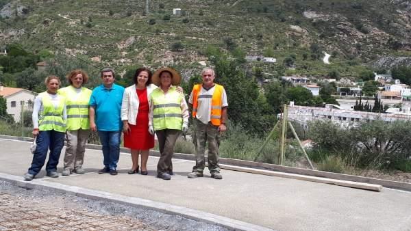 Gracia Fernández, con los obreros del PFEA en Paterna del Río