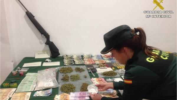 Una agente ante la droga,objetos y dinero incautado en Torrevieja