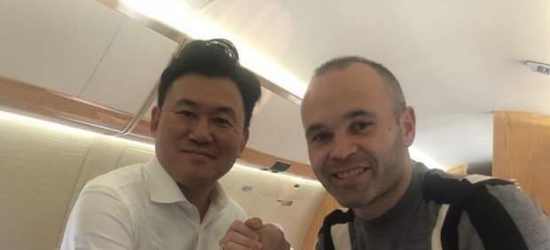 Iniesta, con el CEO de Rakuten, Hiroshi Mikitani.