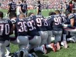 Los jugadores de la NFL se arrodillan durante el himno
