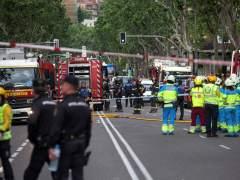 Desmontan con una grúa las partes más inestables del edificio derrumbado en Madrid
