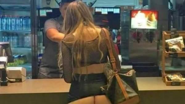 Una foto del 'Bild' muestra a una joven desnuda en una hamburguesería de Mallorca