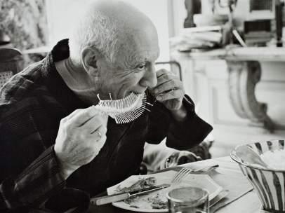Picasso en La Californie realizando 'Plato con fósil de pez' (1957).