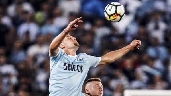 Milinkovic-Savic, pugnando por un balón con la camiseta de la Lazio.