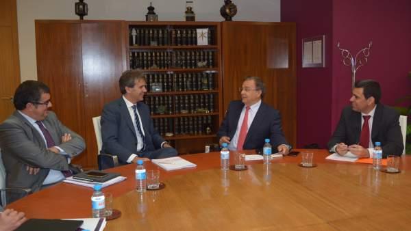 El consejero de Fomento y el presidente de Renfe, durante la reunión