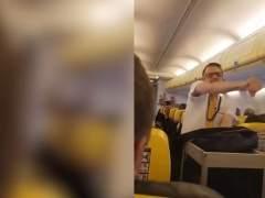 Un azafato de Ryanair baila por Britney Spears en un vuelo Gerona-Bournemouth