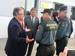 Zoido con guardias civiles en Chipiona