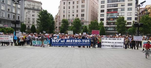 Cientos de personas vuelven a concentrarse en Santander contra el Metro-Tus
